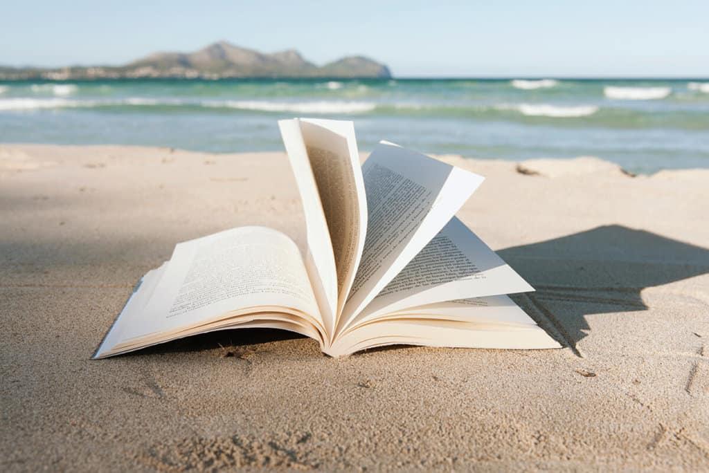 lire-un-livre-plage-vacances