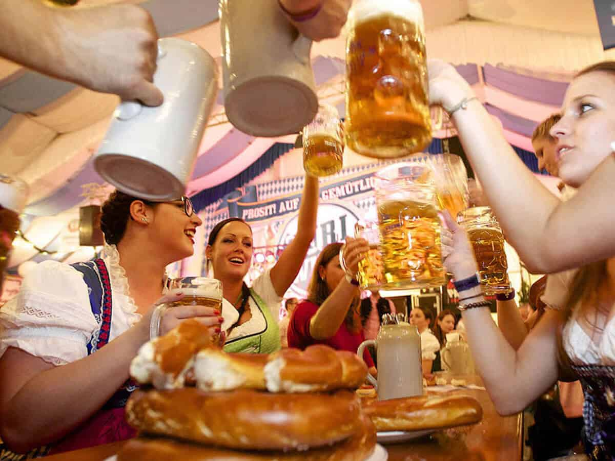 Souper Simple Entre Amis Of L 39 Oktoberfest L 39 Extraordinaire F Te De La Bi Re Munich