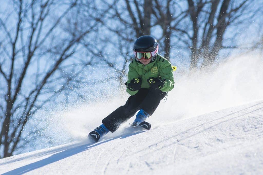 enfant sur des skis